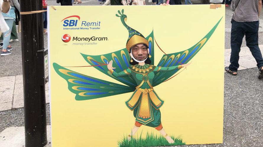 代々木公園のカンボジアフェスティバル2018でクジャクの衣装を纏った女性の顔ハメ