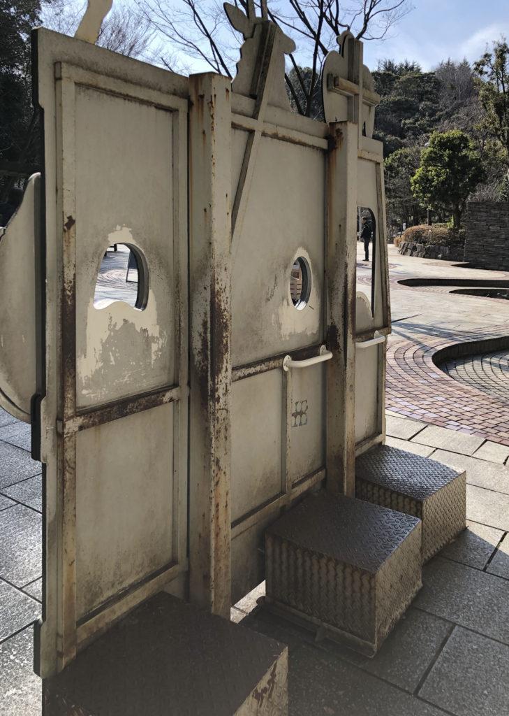 金沢動物園の顔ハメを裏から見た
